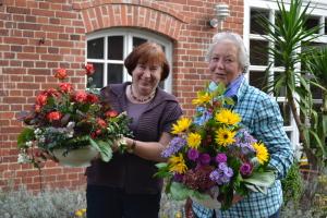 Frau Zierau und Frau Straßenburg mit ihrem Blumenschmuck