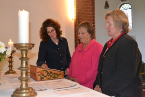 Übungen im Kirchenraum - zwei Teilnehmerinnen des Seminars 'Gottesdienst einladend gestalten' unter der Leitung von Studieninspektorin J. Kantuser im Herbst 2014